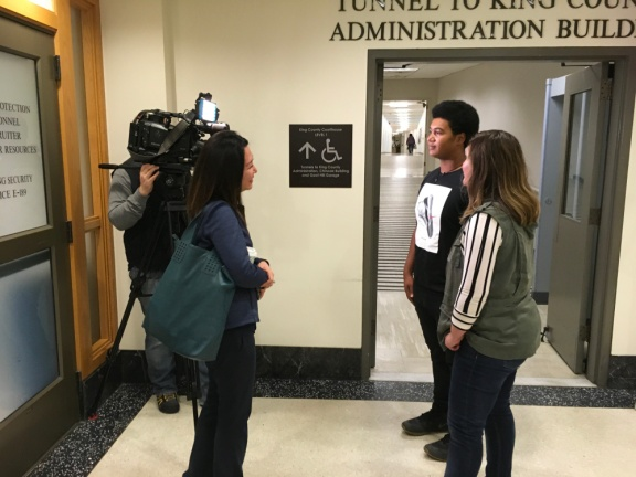 Image of Q13 crewmembers interviewing 17-year-old Delontea Sallee and his mom, Amanda.
